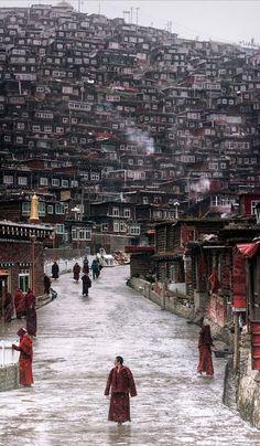 Общежития крупнейшей школы тибетского буддизма Седа (Сертар). Провинция Сычуань, Китай.