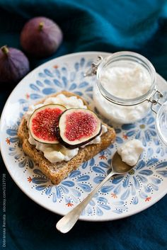 Wholemeal bread with cheese, figs and honey by Dobránska Renáta