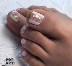 The advantage of the gel is that it allows you to enjoy your French manicure for a long time. There are four different ways to make a French manicure on gel nails. Pink Toe Nails, Pretty Toe Nails, Toe Nail Color, Cute Toe Nails, Summer Toe Nails, Feet Nails, Toe Nail Art, Nail Colors, Summer Pedicures