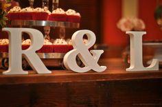 Letras na mesa de bolo.
