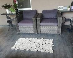 This Modern Crochet Rug will look very nice at the Terrace but also in your Living Room or as a Bedroom decor. Shabby Chic Lamps, Modern Crochet, Round Rugs, Modern Rugs, Beautiful Patterns, Small Rugs, Boho Style, Rugs On Carpet, Handmade Rugs