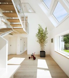 天窓のある明るく開放的なリノベーションハウスの階段下の吹き抜け