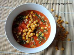 POMIDOROWY KREM Z SOCZEWICY Z CIECIERZYCĄ   Składniki:      250ml przecieru pomidorowego (ze świeżych pomidorów)     1 marchew     4 łyżki żółtej soczewicy     3 łyżki ciecierzycy     1 łyżeczka sosu sojowego     1 łyżeczka orzechów piniowych     przyprawy: susz szczypiorku, curry, kostka warzywna bio