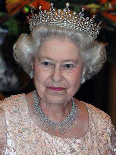 Um wertvollen Schmuck muss sich Kate Middleton akaHerzogin Catherine von Cambridge ohnehin keine Sorgen machen. Allein die Kronjuwelen des britischen Königshauses gelten als die wertvollste Sammlung von Diamanten und Juwelen!