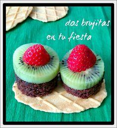 Pintxo de fruta. Fresas, kiwi, brownie y galleta de gofre. Fiesta primavera. Fiesta tematica. Candy bar. Fruta y dulces.