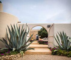 Giant mature agaves stand guard at the gate of a house in Formentera. Ibiza, Exterior Design, Interior And Exterior, Exterior Homes, Landscape Design, Garden Design, Casa Patio, Desert Homes, Mediterranean Garden