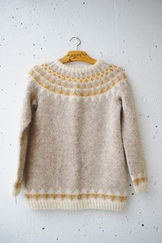 Crochet Patterns Pullover maria carlander pennant chain sweater in beautiful neutral colors + mustard yellow Crochet Pullover Pattern, Knit Crochet, Icelandic Sweaters, Wool Sweaters, Fair Isle Knitting, Hand Knitting, Punto Fair Isle, Knitting Patterns, Crochet Patterns