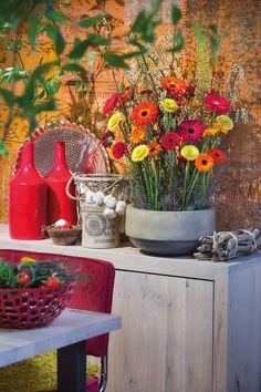 Wonderful gerbera bouquet in a big stone vase #orangegerberas #redgerberas #inspiration #colouredbygerbera #dutchgerbera