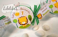 ** Mini baleiros de vidro, personalizados na tampa com o tema e os dados do bebê.  Acompanha fita e cartão personalizado. Além de ser uma lembrança muito charmosa para maternidade, chá de bebê e aniversário infantil, é também muito útil para quem recebe!  **
