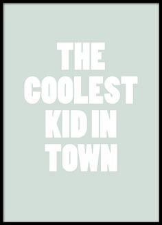 Poster met de tekst Coolest kid in town, perfect voor in de kinderkamer en voor coole kids. We hebben meerdere kinderposters die u kunt combineren in een collage, u kunt ze vinden in onze kindercategorie. www.desenio.nl