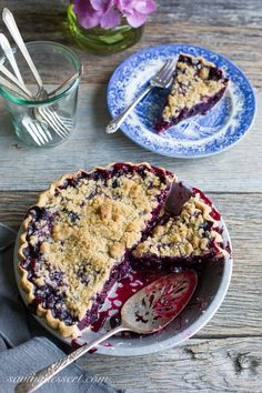 Other blueberry dessert listed too! Blueberry Crumble Pie -Sweet blueberries topped with a crispy crumble all baked up in a wonderful summer pie. A must make for your ripe blueberries! Blueberry Crumble Pie, Blueberry Topping, Pie Crumble, Blueberry Desserts, Blueberry Bushes, Blueberry Ideas, Crumble Topping, Tart Recipes, Dessert Recipes