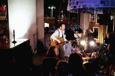 Samstag, 01.11., 22:20 Uhr – Friedrichshain, Warschauer Straße: Damien Rice hat sich spontan überlegt, ein kleines Konzert im Michelberger Hotel zu spielen. Was er für ein lustiger Typ ist, konnten einige Passanten der Warschauer Straße nachts um 03.00 Uhr erleben. Damien hat dann in der Unterführung mit ein paar polnischen Straßenmusikern Nina Simone gecovert. Da war ich leider schon in Bett. © Matze Hielscher