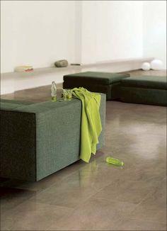 Taupe kleurige woonkamer vloertegels gezoet mooi! van Dijk Tegel Dordrecht