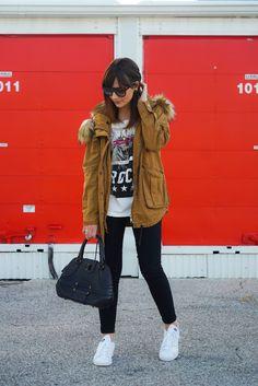 Casaco Inverno caramelo, calça preta, bolsa, blusa,óculos, tênis branco