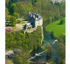 Zamek Walzin, położony na skale nad rzeką Lesse w Belgii. Podziwiał go już Victor Hugo, który w 1863 roku narysował ten wyjątkowy obiekt. Jego budowa rozpoczęła się w XIII wieku, jednak dziś jedynym średniowiecznym elementem jest wieża. Pozostała część budowli była wielokrotnie przebudowana, m.in. na początku XX wieku.
