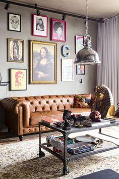 Decoração para estúdio de tatuagem: dicas e inspirações - Blog Tattoo2me Sala Vintage, Vintage Sofa, Vintage Decor, Retro Sofa, Hotel Interiors, Apartment Interior, Living Room Sofa, Living Room Designs, Bedroom Designs