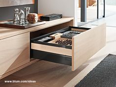 A sideboard with full extension drawer offers a lot of storage space. The simple design of TANDEMBOX antaro by Blum with the wood design element fits perfectly in modern living rooms.
