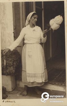 /W photo of a woman from Cyprus spinning. Greece Pictures, Old Pictures, Art Yarn, Travel Memories, Greek Islands, Rare Photos, Knitting Ideas, Cyprus, Roots