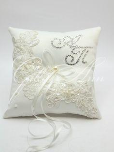 Свадебная подушечка для колец Gilliann Lace Pearl с инициалами из камней Сваровски PIL247, http://www.wedstyle.su/katalog/pillow, ring pillow, wedding pillow
