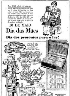 """Religião e etnia. Anúncio da Loja Leão D'América (na Rua Uruguaiana, no Centro do Rio) sobre a família feliz: """"Ave Mãe cheia de graça"""", panelas, louças e talheres 1959"""