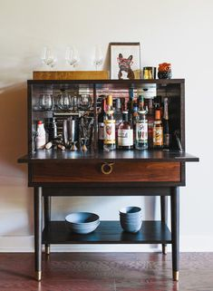 Looking for a Bar Cabinet? Find a Wooden Bar Cabinet, a Low Bar Cabinet and a Colorful Bar Cabinet at Neatfast. Diy Bar Cart, Gold Bar Cart, Bar Cart Decor, Bar Cart Wood, Bandeja Bar, Bar Deco, Apartment Bar, Apartment Furniture, Drinks Cabinet