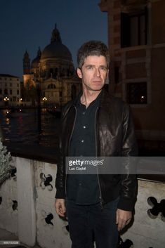 Noel Gallagher attends the opening of Damien Hirst 'Treasures From The Wreck Of The Unbelievable' new exhibition on April 2017 in Venice, Italy. Liam And Noel, Noel Gallagher, Damien Hirst, Venice Italy, Oasis, People, Sculptures, Pictures, Book