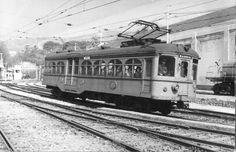 El ferrocarril de Sarriá fue la primera electrificación ferroviaria de Cataluña y, en la actualidad, la segunda más antigua en servicio en España. Fotografía de Christian Schnabel. Underground Lines, Bonde, Barcelona Catalonia, Light Rail, Locomotive, Valencia, Transportation, Black And White, Vehicles