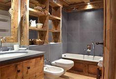 Stein und Holz sind das perfekte Duo für ein modernes Bad im Landhausstil