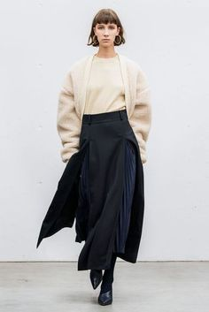 The complete Hyke Tokyo Fall 2018 fashion show now on Vogue Runway. The complete Hyke Tokyo Fall 2018 fashion show Autumn Fashion 2018, Fall Fashion Trends, Fashion Week, Latest Fashion Trends, Runway Fashion, Fashion Outfits, Womens Fashion, Fashion Fashion, Cheap Fashion