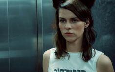 """""""Everyone's going to die"""" – mit ihrem neuen Film schlägt Nora Tschirner als Melanie nach Keinohrhasen & Co. melancholischere Töne an. Wir haben Nora zur Deutschlandpremiere getroffen und mit ihr über Freundschaft, Einsamkeit und die Dreharbeiten gesprochen."""