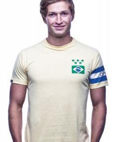 Brazilie captain - In dit Designed by Copa kun jij de captain zijn van Brazilië. De sterren staan voor de veroverde wereldtitels door de Goddelijke Kanaries. De aanvoerdersband om de linkerarm is gedrukt. wwww.retrovoetbalshirts.nl
