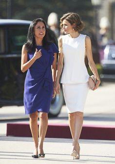 Reine Letizia bavarder avec l'épouse du président, Nadine, au Palais du Pardo à Madrid le mardi.
