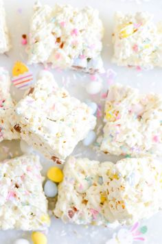 Easter Egg Popcorn Bars See! There's a reason we all mix our chocolate in our popcorn after all. Easter Snacks, Easter Brunch, Easter Treats, Easter Recipes, Easter Desserts, Easter Food, Spring Desserts, Easter Party, Easter Cake Flavors