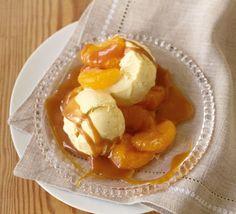 Ruck-zuck Dessert: Vanilleeis mit Karamellsauce und Mandarinen. Für noch mehr Weihnachtsgeschmack könnt Ihr Spekulatius darüber streuseln.
