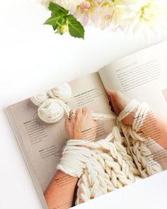 Americana Anne Weil faz tricô sem agulha usando os braços. Técnica faz sucesso e ela lança livro com o passo a passo e diversos modelos e pontos DIY