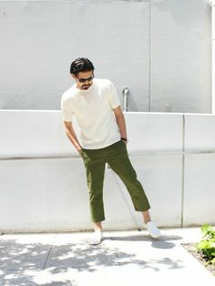 Casual Clothes For Men Over 50, Men Casual, Urban Outfits, Casual Outfits, Fashion Outfits, Men's Fashion, Green Pants Outfit, Tokyo Street Style, Japan Fashion