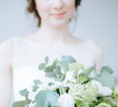 Eukalyptus Hochzeit mit einem Brautstrauß in grün und weiß. Die Braut trägt ein Hochzeitskleid von Noni. - Who´s Wedding