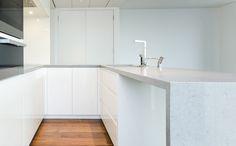 Werkblad witte graniet - keuken  Dit vind ik een hele mooi witte graniet! Wauw...