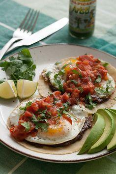 """Por desayuno el Sábado, comeremos """"Huevos Rancheros"""", un desayuno tradicional de México. Es tortillas, huevos, frijoles, y una salsa roja (la salsa es picante). ¡No puedo espere tratarlo!"""