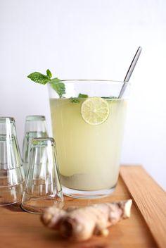 Ginger Ale -booli 3 dl tekemääsi Ginger Ale -tiivistettä 1 l vichy-vettä 3 limeä 1 iso sitruuna Iso nippu tuoreita mintunlehtiä  Viipaloi sitruuna ja limet lohkoiksi tai siivuiksi. Kaada tekemäsi inkiväärijuomatiiviste boolimaljaan. Lisää päälle vichy ja sitruunan ja limen palat sekä mintunlehdet. Laita joukkoon reilusti jääpaloja ja tarjoile.