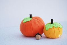 make cute felt pumpkins with this tutorial and free pattern. Part of #feltweek on Nap-Time Creations. Post my Heidi of One Creative Mommy