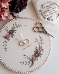 Hand Embroidery Patterns Flowers, Basic Embroidery Stitches, Hand Embroidery Videos, Embroidery Flowers Pattern, Simple Embroidery, Silk Ribbon Embroidery, Embroidery Hoop Art, Hand Embroidery Designs, Crewel Embroidery