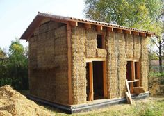 Single house made of wood frame and straw wall. Small Tiny House, Tiny House Plans, Earthship, Build Your House, Building A House, Straw Bale Construction, Earth Bag Homes, Adobe House, Natural Homes
