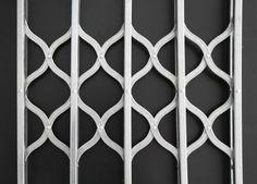 Cancelletto estensibile modello Oriente dal design particolare. Ideale per proteggere infissi o vetrine di attività commerciali.