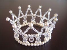 Flower Headpiece, Headpiece Wedding, Dreadlock Jewelry, Diy Crown, Beaded Ornaments, Tiaras And Crowns, Bracelet Tutorial, Hobbies And Crafts, Bead Crafts