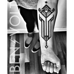 A #faceted #abstract #geometric #artdeco #tulip for Whitney. Thank you so much! It was a pleasure hanging out today! :) #benvolt #blackwork #blackworkerssubmission #tattoo #tattoos #graphicdesign #scholartattoo #sanfrancisco