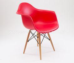 Peça integrante do #Bazar2015 com quase $100 de desconto, está cadeira é a versão daCadeira DAR com base em madeira e assento em polipropileno, design por Charles e Ray Eames.   Famosa, a Eames Chair DAWfoi criada por Charles e Ray Eames na década de L. O Casal revolucionou a produção de móveis com essa linha de cadeiras.  A Cadeira DAW segue o estilo dos produtos projetados por eles nessa época: DSR, DKR, DAR, DSX, entre outros. Essa série vieram ser os clássicos do design.