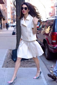 A pleated skirt is perfection- Amal Clooney - Street Style Long Grey Coat, Executive Woman, Harper's Bazaar, Estilo Real, Perfect Fall Outfit, Monochrome Outfit, Maxi Coat, Workwear Fashion, Classy Outfits