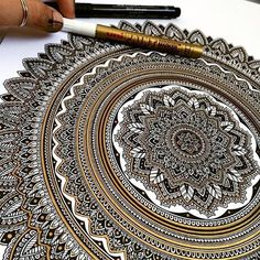 this amazing artwork!😍⠀⠀⠀⠀⠀ Tag a friend in the comments!🎨⠀⠀⠀⠀⠀⠀⠀⠀⠀⠀⠀⠀⠀⠀ Use to get your artwork featured! Henna Mandala, Mandala Drawing, Mandala Painting, Mandala Pattern, Zentangle Patterns, Mandala Design, Zentangles, Learn To Sketch, Dancing Drawings
