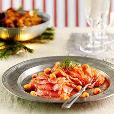 Tyrnigraavattu lohi sopii juhlavaan kalapöytään. Tarjoa saaristolaisleivän kanssa.